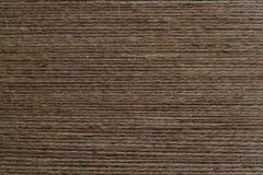 Mycket grov brun tråd sträckte parallellt till varandra royaltyfria bilder