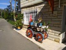 Mycket gullig dekorativ vagn med blommor på den royaltyfria foton