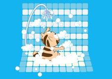 Mycket gullig katt som har ett tvåligt bad Arkivbild