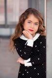 Mycket härlig, gullig, ursnygg söt liten flicka med perfekt hår Arkivfoto