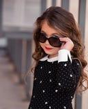 Mycket härlig, gullig, ursnygg söt liten flicka med perfekt hår Royaltyfri Fotografi