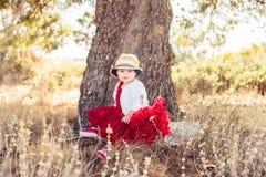 Mycket härlig liten flicka i en härlig klänning arkivbilder
