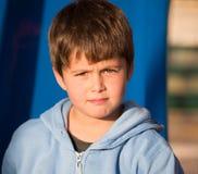 Mycket härlig pojke med gröna ögon Arkivfoton