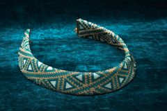 Mycket härlig prydd med pärlor halsband royaltyfri fotografi