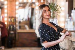 Mycket härlig sexig blond kvinna som ser kameran med leende arkivfoton