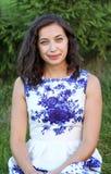 Mycket härlig sexig flickamodell i en klänning med blommor Royaltyfria Foton