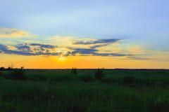 Mycket härlig solnedgång över floden royaltyfria bilder