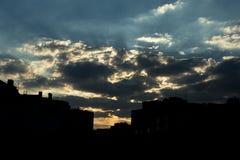 Mycket härlig soluppgång på bakgrunden av ett bostadsområde arkivfoto