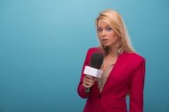 Mycket härlig TVpresentatör Royaltyfri Foto