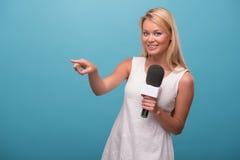 Mycket härlig TVpresentatör Fotografering för Bildbyråer