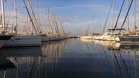 Mycket härliga seglingyachter och katamaran som förtöjas till pir i den grekiska marina i Aten, det medelhavs-, a lager videofilmer
