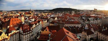 Mycket härligt solljus in mot den Prague staden arkivfoto