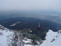 Mycket hög kabelbil i Schweiz royaltyfri foto