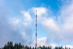 Mycket högt överföringstorn framme av molnig blå himmel royaltyfri fotografi