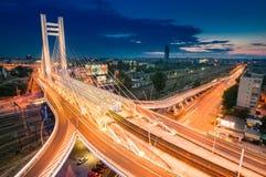 Mycket högt bästa sikt på den Basarab bron på natten, i Bucharest, Ro royaltyfri fotografi