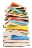 Mycket högväxt bunt av färgrika böcker arkivbilder