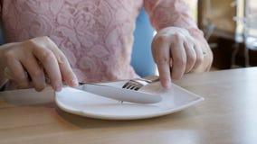 Mycket hungriga kvinnaväntningar längtar efter en beställning i ett kafé lager videofilmer