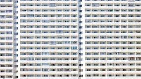 Mycket identiska fönster i en enorm byggnad Royaltyfri Bild