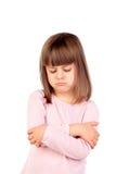 Mycket ilsken flicka med den rosa t-skjortan royaltyfria foton