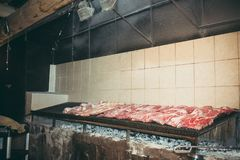 Mycket kött på ett stort galler arkivbild