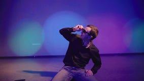 Mycket kall parti-goer i solglasögon som bara dansar i nattklubb lager videofilmer