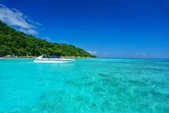 Mycket klart blått hav med blå himmel på den Tachai ön Thailand Fotografering för Bildbyråer