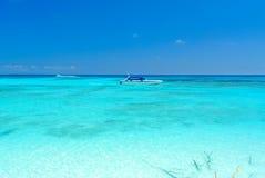 Mycket klart blått hav med blå himmel på den Tachai ön Thailand Arkivfoto
