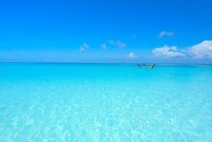 Mycket klart blått hav med blå himmel på den Tachai ön Thailand Royaltyfri Bild