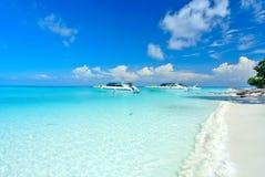 Mycket klart blått hav med blå himmel på den Tachai ön Thailand Royaltyfri Fotografi