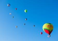 Mycket kulöra ballonger i blå himmel Fotografering för Bildbyråer
