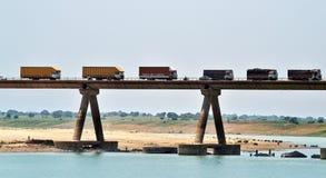 Mycket länge bro över den chambal floden i Indien Arkivbild