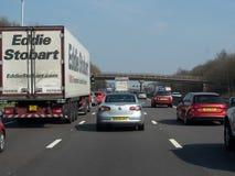 Mycket långsam rörande trafik på motorwayen M1, England royaltyfria foton