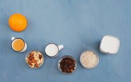 Mycket l?tt, ljus och h?lsosam frukost f?r en sund livsstil arkivfoton