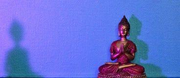 Mycket lilla miniatyrBhudha i rött och guld- Arkivfoto