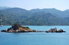 mycket liten ö i Marmaris som är medelhavs- Arkivbild