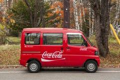 Mycket liten coca - colaminibussen levererar gods till avlägsna lägen i japanska berg. Royaltyfri Bild