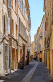 Mycket liten gata för romantisk tappning i Aix-en-provence Arkivfoton