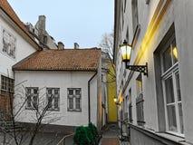 Mycket liten gata i den gamla staden av Riga på jul Royaltyfri Foto