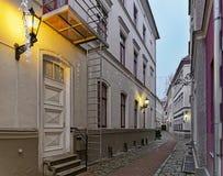 Mycket liten gata i gammal stad av Riga på jul Royaltyfri Fotografi