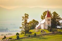 Mycket liten härlig liten kyrka i den Slovakien byn Arkivbild