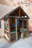 Mycket liten kyrka av modervägen i Winslow, AZ royaltyfri bild