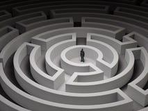 Mycket liten man i en labyrint Arkivfoto
