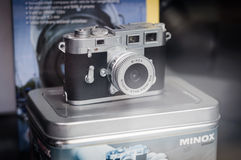 Mycket liten Minox kamera på showfall Arkivbilder