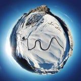 Mycket liten planet med det Ra Gusela maximumet överst och av monteringen Averau och Nuvolau, i Passo Giau, högt alpint passerand royaltyfria bilder
