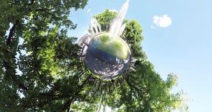 Mycket liten planetspringbrunn i mitten av Kharkov Ukraina stock video