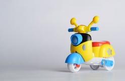 Mycket liten sparkcykel för barn royaltyfri bild