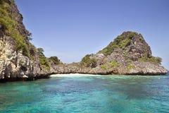 Mycket liten strand i lagun royaltyfria foton