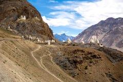 Mycket liten stupa på berget i den Zanskar dalen Royaltyfri Bild