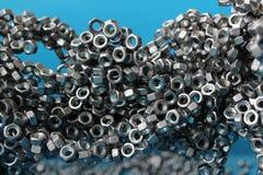 Mycket metallmuttrar som till varandra magnetiseras Arkivfoton