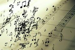 Mycket musikaliska anmärkningar som flyger på gammal tappning notsystempentagramen Arkivfoto